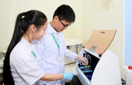Sinh viên Học viện Nông nghiệp Việt Nam học tập trong phòng thí nghiệm. Ảnh: VNUA