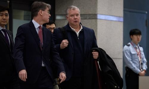Stephen Biegun (giữa, tóc bạc) tại Hàn Quốc ngày 3/2. Ảnh: AFP.
