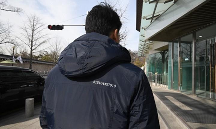 12 con số trên áo của quan chức Hàn Quốc. Ảnh: AFP.