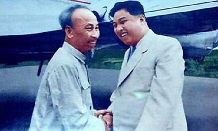 Chủ tịch Hồ Chí Minh (trái) và Thủ tướng Kim Nhật Thành tại Bình Nhưỡng năm 1957. Ảnh:Hankyoreh.