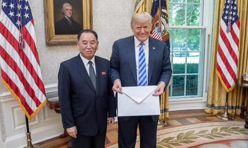 Phó chủ tịch đảng Lao động Triều Tiên Kim Yong-chol trao thư của lãnh đạo Kim Jong-un cho Tổng thống Mỹ Donald Trump tại Nhà Trắng hồi tháng 6/2018. Ảnh: White House.