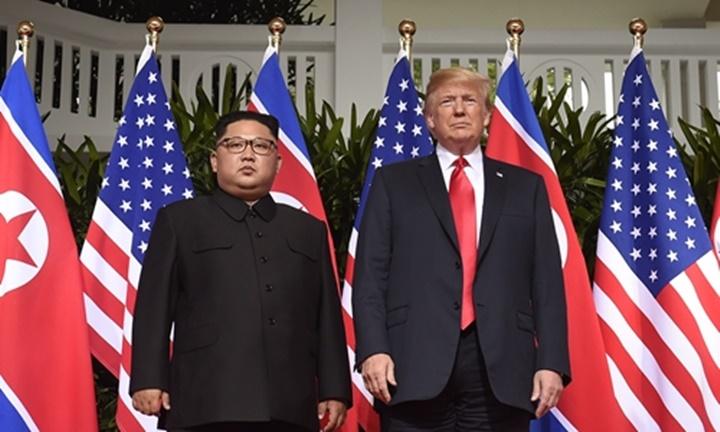 Tổng thống Trump (phải)và lãnh đạo Triều Tiên Kim Jong-un tại Singapore tháng 6/2018. Ảnh:Reuters.
