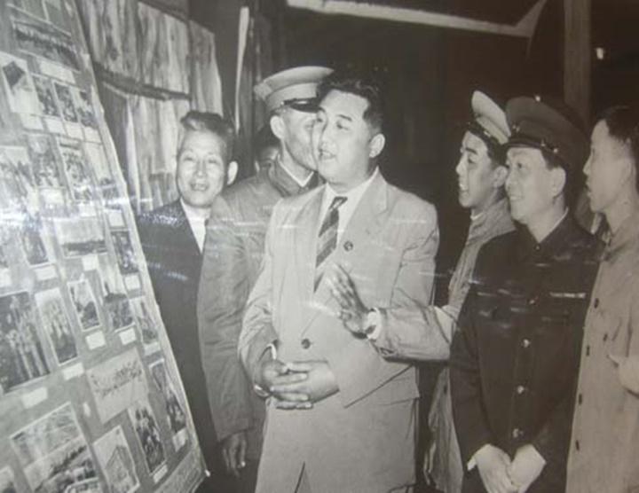 Thủ tướng Triều Tiên Kim Nhật Thành (giữa)tham quan bảo tàng ở Hà Nội năm 1958. Ảnh:Dangcongsan.vn