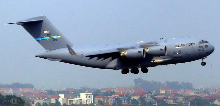 Máy bay C-17 Globemaster III đáp xuống sân bay Nội Bài lúc hơn 13h ngày 20/2. Ảnh: Bá Đô