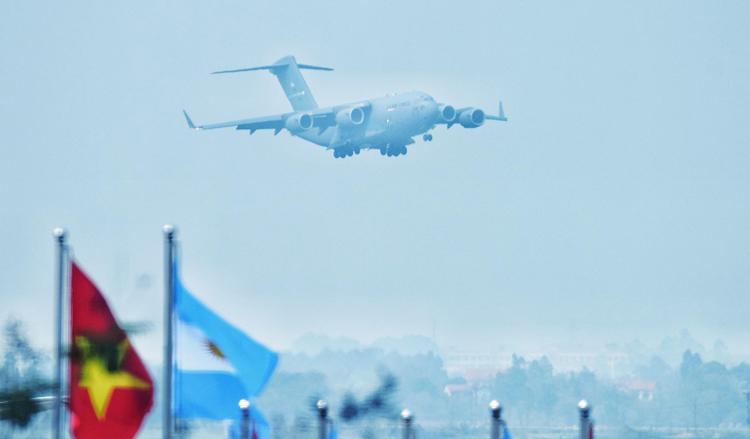 Máy bay C-17 Globemaster III chở theo phương tiện, đồ dùng và một chiếc trực thăng phục vụ Tổng thống Mỹ. Ảnh: Giang Huy
