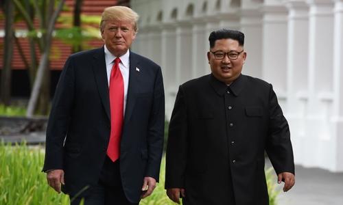 Tổng thống Mỹ Trump (trái) và lãnh đạo Triều Tiên Kim Jong-un tại Singapore tháng 6/2018. Ảnh: AFP.