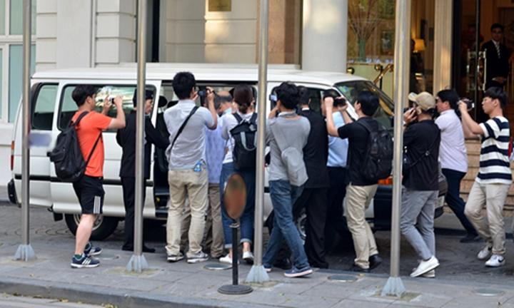 Phóng viên vây quanh xe chở quan chức Triều Tiên. Ảnh: Vũ Anh.