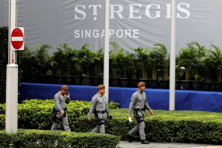 Các đặc nhiệm Gurkha tuần tra tạikhách sạn St Regis, nơi ở của lãnh đạo Triều Tiên Kim Jong-un trước khi tham dự hội nghị ngày10/6/2018. Ảnh:Reuters.
