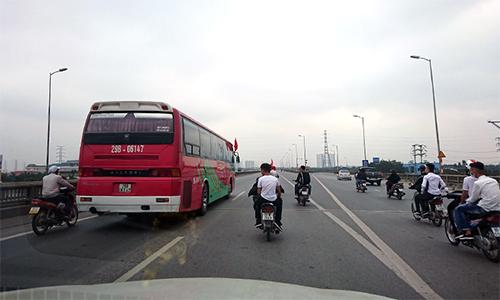 Nhiều xe máy tiễn người thân lên đường nhập ngũ trên đường vành đai ba