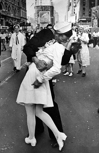 Bức ảnh nụ hôn của thủy thủ Mỹ nổi tiếng cuối Thế chiến II. Ảnh:  Alfred Eisenstaedt