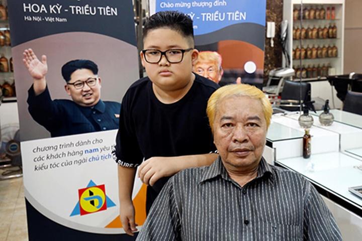 Hai khách hàng được cắt tóc miễn phí giống DonaldTrump và Kim Jong-un tại salon Tuấn Dương Beauty Academy. Ảnh:Reuters.