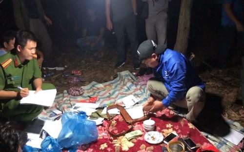 Phá sòng xóc đĩa giữa rừng tràm có cảnh giới trong đêm khuya