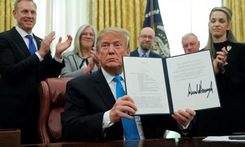Tổng thống Mỹ Donald Trump ký sắc lệnh đặt nền móng cho việc thành lập Lực lượng Vũ trụ ngày 19/2. Ảnh: Reuters.
