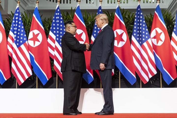 Tổng thống Mỹ Donald Trump (phải) và lãnh đạo Triều Tiên Kim Jong-un tại hội nghị thượng đỉnh ở Singapore. Ảnh:AFP.
