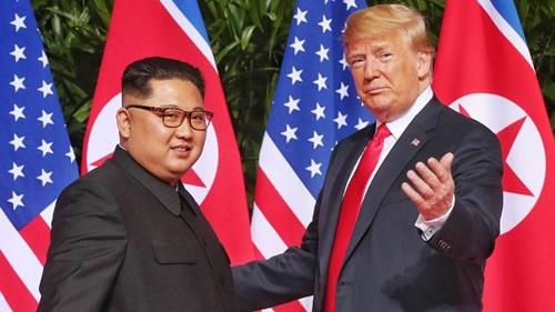 Trump (phải) và Kim Jong-un tại hội nghị thượng đỉnh lần đầu ở Singapore tháng 6/2018. Ảnh: AFP.