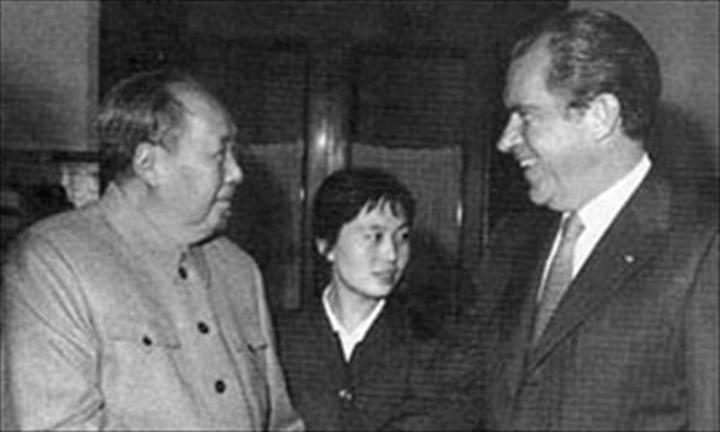 Chủ tịch Trung Quốc Mao Trạch Đông (trái) gặp tổng thống Mỹ Richard Nixon năm 1972. Ảnh: gmw.cn
