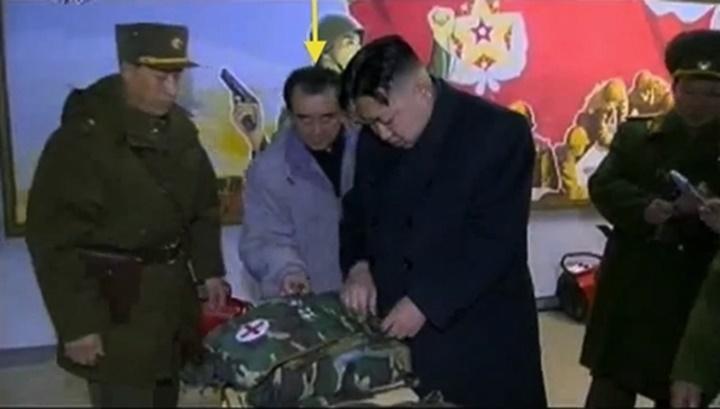 Kim Chang-son (thứ hai từ trái sang) tháp tùng Kim Jong-untrong một chuyến thị sát đơn vị quân đội năm 2012. Ảnh:KCTV.