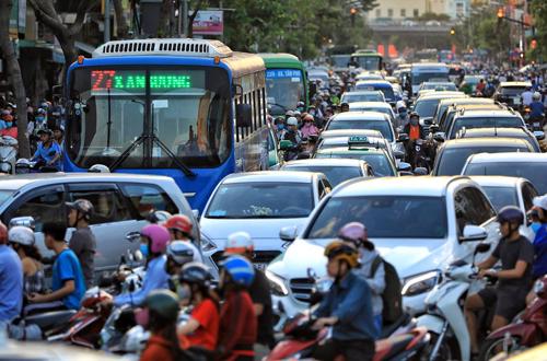 Đường phố Sài Gòn ken đặc ôtô, xe máy vào giờ cao điểm. Ảnh: Hữu Khoa
