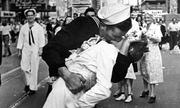 Nụ hôn nổi tiếng của thủy thủ Mỹ Thế chiến II bị chỉ trích là quấy rối tình dục