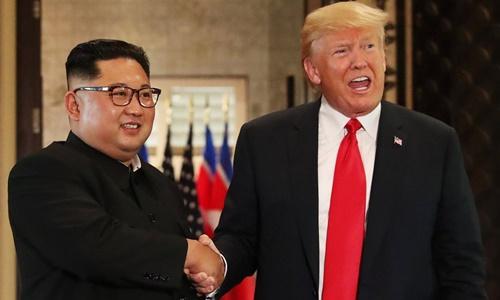 Tổng thống Mỹ Donald Trump (phải) và lãnh đạo Triều Tiên Kim Jong-un tại hội nghị thượng đỉnh đầu tiên hồi tháng 6 năm ngoái ở Singapore. Ảnh: Reuters.
