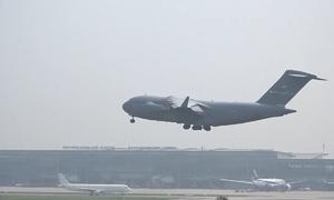 Máy bay vận tải C-17 của Mỹ hạ cánh xuống sân bay Nội Bài