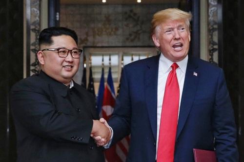 Trump (phải) và Kim Jong-un tại hội nghị thượng đỉnh đầu tiên ở Singapore tháng 6/2018. Ảnh: Reuters.