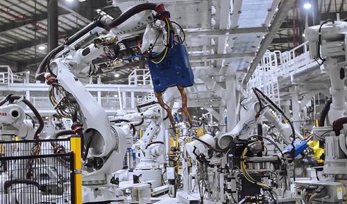 Các robot tại xưởng hàn.