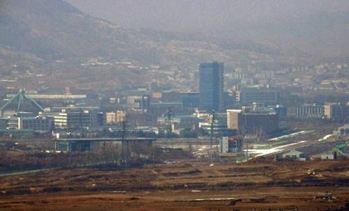 Khu công nghiệp Kaesong nhìn từ biên giới Paju, Hàn Quốc hôm 16/2. Ảnh: AFP.