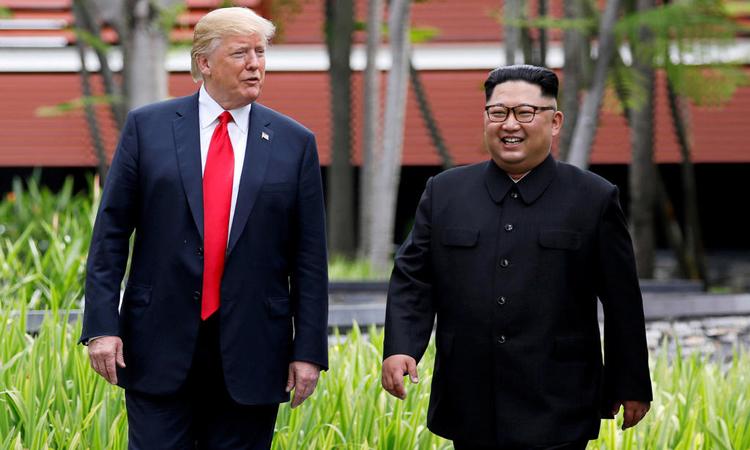 Tổng thống Mỹ Donald Trump (trái) và Chủ tịch Triều Tiên Kim Jong-un tại hội nghị thượng đỉnh ở Singapore hồi tháng 6/2018. Ảnh: Reuters.