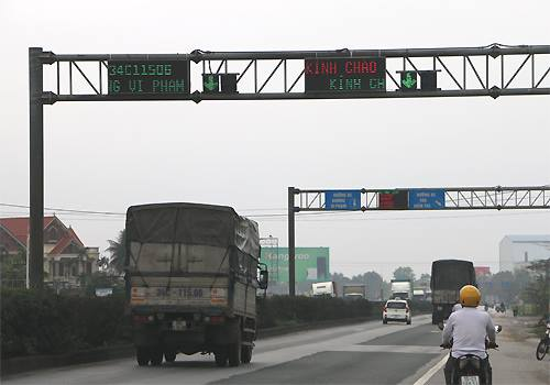 Thông tin xe vi phạm tải trọng được thông báo ngay sau khi xe đi qua cân. Ảnh: Anh Duy.