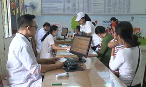 Xếp hàng từ rạng sáng chờ tiêm vắc-xin dịch vụ tại Đà Nẵng