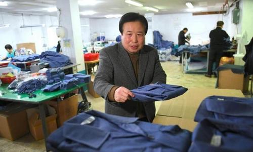 Park Yong-man trong xưởng may ở Seoul hôm 14/2. Ảnh: AFP.