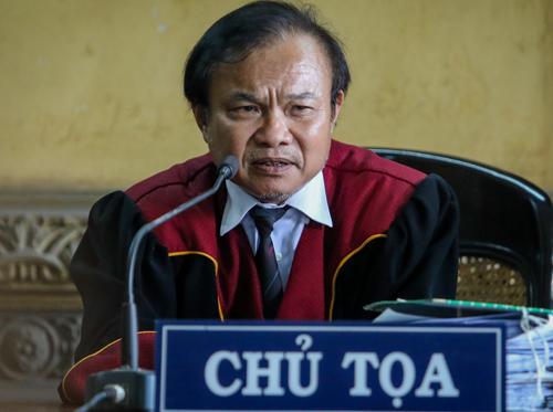 Chủ tọa thuyết phục vợ chồng ông chủ Trung Nguyên hòa giải. Ảnh: Thành Nguyễn.