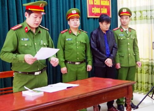 Công an tỉnh Hà Giang đọc lệnh bắt đối với ông Nguyễn Quang Huy. Ảnh: Công an Hà Giang