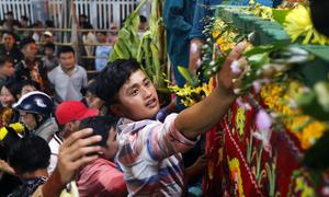 Người dân tràn vào khu lễ đốt hình nhân xin lộc ở miền Tây