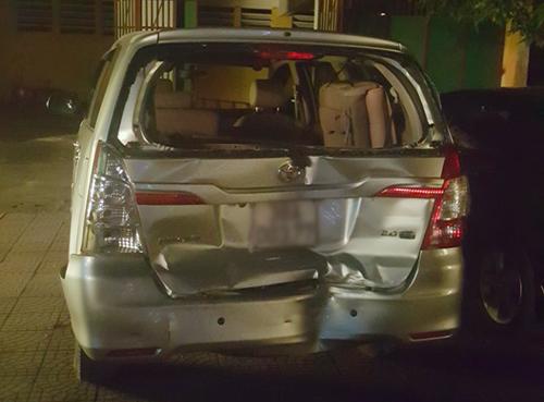 Ôtô Inova của cảnh sát bị xe bán tải của nhóm buôn ma túy tông móp đuôi. Ảnh: Nguyễn Tuấn