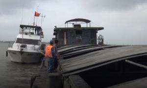 Cảnh sát biển bắt tàu chở hơn 600 tấn than bùn