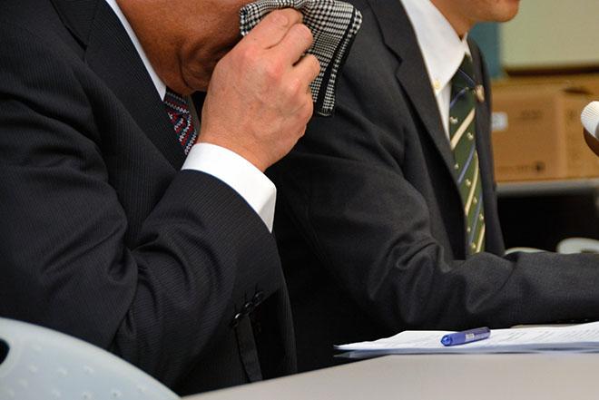 Bố cậu bé lấy khăn che nước mắt khi nghe phán quyết của tòa. Ảnh: Asahicom.
