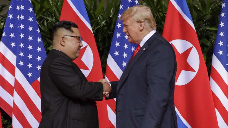 Lãnh đạo Triều Tiên Kim Jong-un (trái) bắt tay với Tổng thống Mỹ tại hội nghị thượng đỉnh lần thứ nhất ở Singapore ngày 12/6/2018. Ảnh: Reuters.