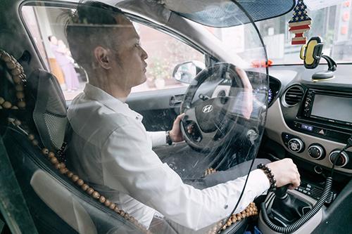 Việc lắp vách ngăn khoang lái không làm vướng cho tài xế. Ảnh: Phạm Dự.