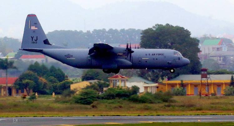 C-130 chuẩn bị đáp xuống sân bay Nội Bài. Ảnh: Bá Đô