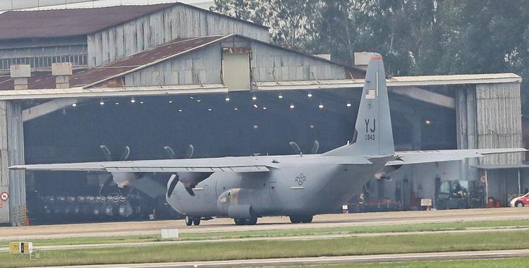 C-130 đỗtrước nhà kho để chuẩn bị bốc dỡ hàng. Ảnh: Hữu Khoa