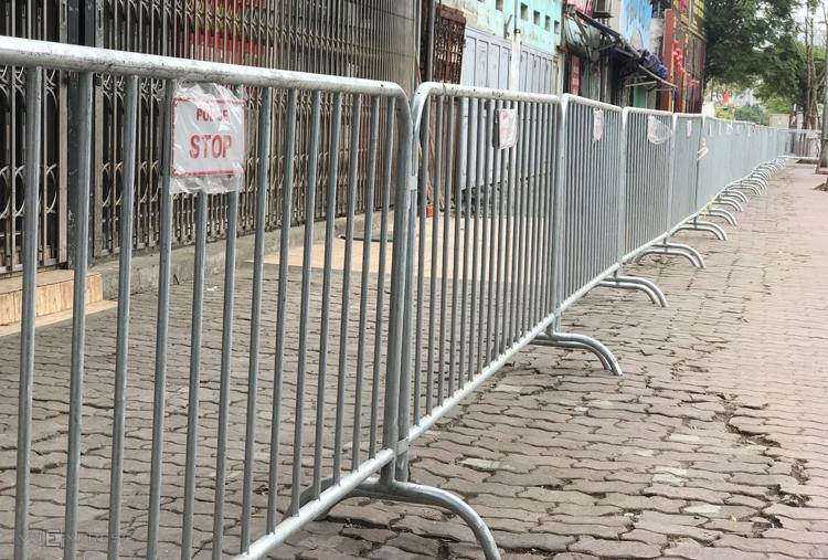 Vỉa hè quanh khách sạn Mrriott được dừng hàng rào chắn. Ảnh: Phạm Dự.
