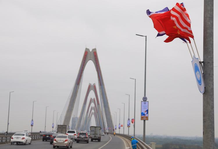 Cầu Nhật Tân treo kín cờ Mỹ - Triều hai bên. Ảnh: Hữu Khoa.