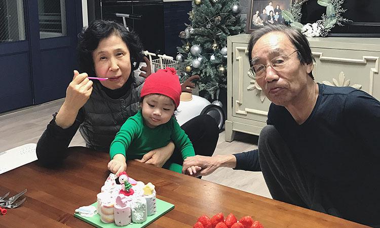 Ông Kang Young-ho (phải), 73 tuổi chụp ảnh cùng vợ và cháu nội hai tuổi, con gái của con trai cả và một phụ nữViệt Nam. Ảnh: NVCC.