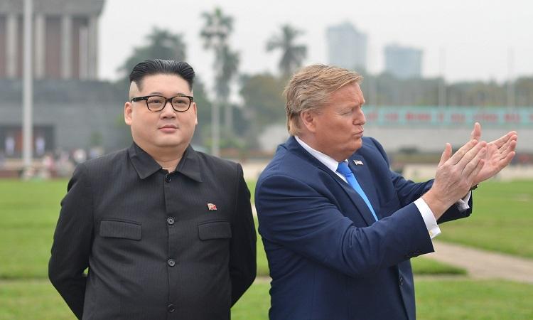 Bản sao Kim và Trump chụp ảnh tại Quảng trường Ba Đình, Hà Nội. Ảnh: Vũ Anh.