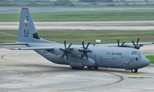 Máy bay C-130 của Mỹ đem trang thiết bị đến Hà Nội