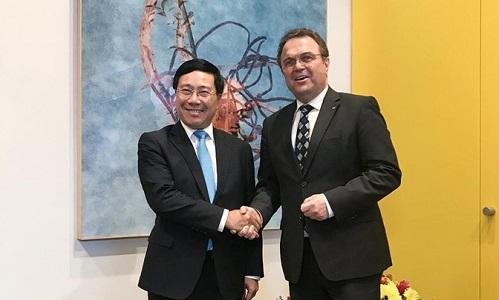 Phó Thủ tướng, Bộ trưởng Ngoại giao Phạm Bình Minh và phó chủ tịch Quốc hội Đức Hans Peter Friedric. Ảnh: TTXVN.