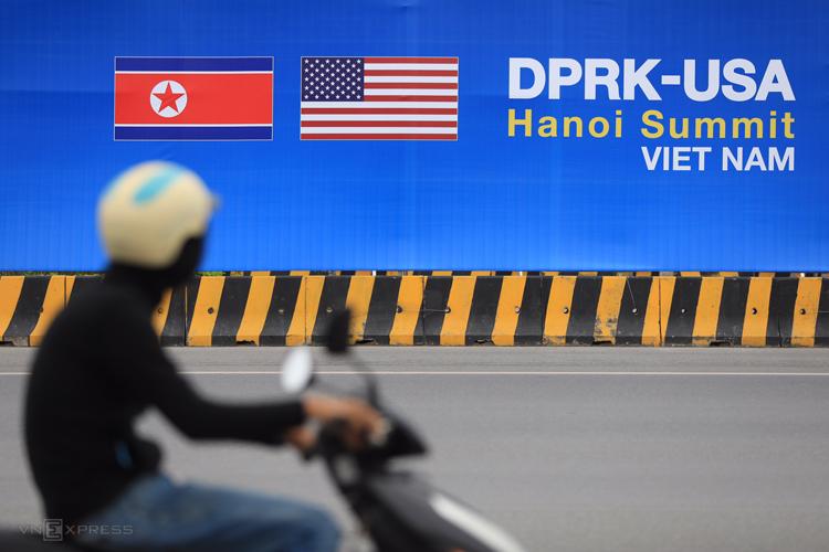 Tấm banner ở đường dẫn trung tâm thành phố lên sân bay Nội Bài. Ảnh: Hữu Khoa.