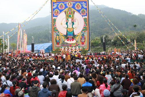 Lễ khai mởbức tranh thêu gấm Thongdrol Phật Quan Âm Thiên Thủ Thiên Nhãn. Ảnh: Tất Định